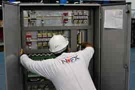 Montagem de quadro de comandos elétricos